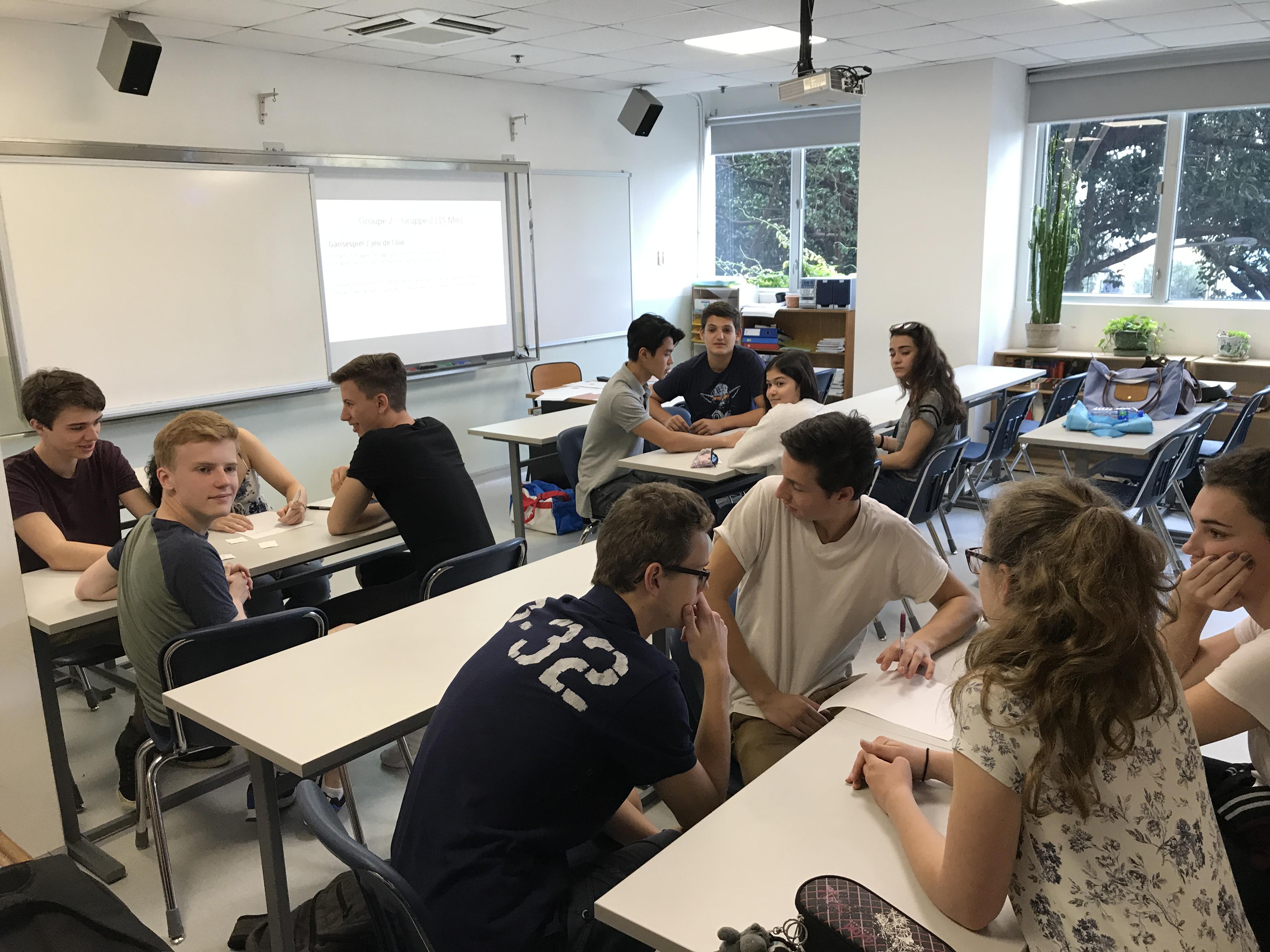 En groupe mixed, nous avons dressé un questionnaire pour un jeu franco-allemand. / Working in mixed groups: students create a questionnaire for a French-German game.